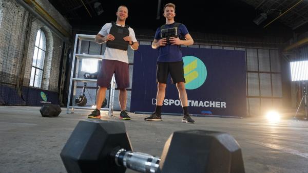 Noch lachen sie: Kevin Wilkens und Stefan vor ihrem Crossfit-Duell | Rechte: ZDF/Annalena Renneisen/Fabian Gratlza