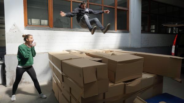 Stürzen ohne Schmerzen. Kann Moderatorin Laura diesen Stunt von Leon Grammer auch erlernen? | Rechte: ZDF/Annalena Renneisen/Fabian Gratlza