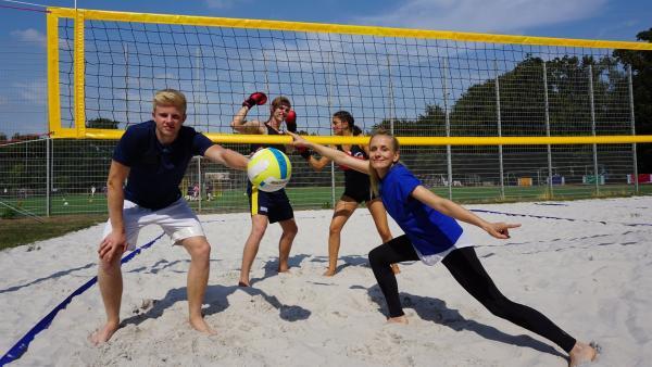 Boxhandschuhe beim Beachvolleyball? Moderatorin Susanne Schlüter fordert gemeinsam mit Luka die beiden Leistungssportler Luis und Annika heraus.   Rechte: ZDF/Dajana Pürsten