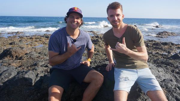 Stefan trifft den fünffachen Windsurf-Weltmeister Philip Köster auf Teneriffa.   Rechte: ZDF/Annalena Renneisen