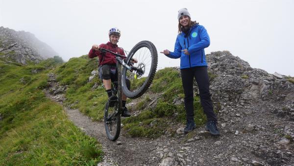 Laura trifft Bike Trial Weltmeister Tom Öhler in den Bergen und lässt sich die Faszination des Bikebergsteigens näher bringen. Tom bewegt sich mit seinem Bike dort, wo selbst Wanderer ins Schwitzen kommen. | Rechte: ZDF/Annalena Renneisen/Fabian Gratzla