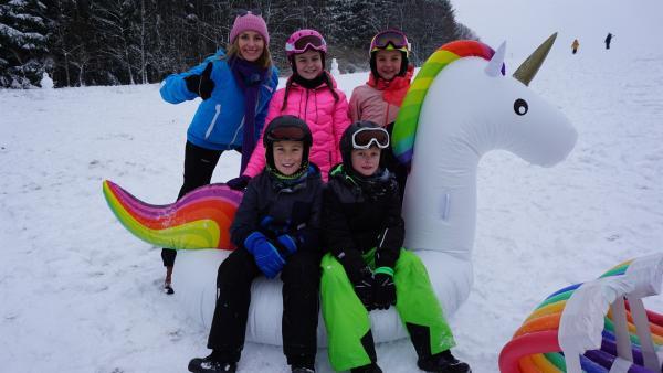 Wie schlagen sich Badenudeln, Frisbee und Planschbecken im Winter auf Schnee? Susanne und ihr Testteam machen den Spaßcheck auf der Piste. | Rechte: ZDF/Julian Castagna