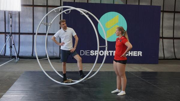 Als Rhönrad Anfänger braucht man eine gute Trainerin. Deshalb hat Moderator Stefan Birte zu Gast, die im deutschen Nationalkader trainiert. | Rechte: ZDF/Annalena Renneisen/Janine Pietrek