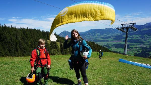Einmal fliegen wie ein Vogel? Laura und ihr Mittester Diego dürfen das ausprobieren - beim Gleitschirmfliegen! | Rechte: ZDF/Annalena Renneisen/Fabian Gratzla