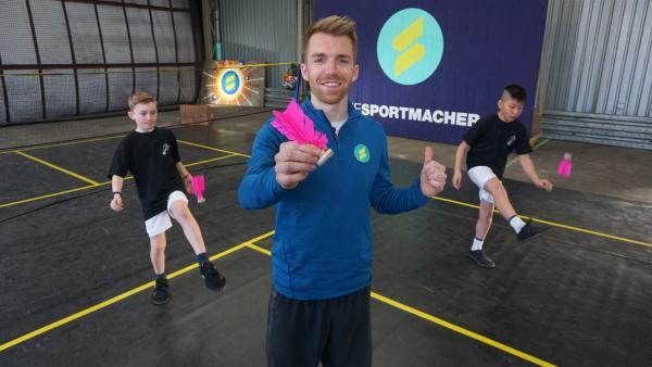 Sportmacher Stefan testet Federfußball - mit den Nachwuchsspieler Jong Kang und Johannes. | Rechte: ZDF/Fabian Gratzla