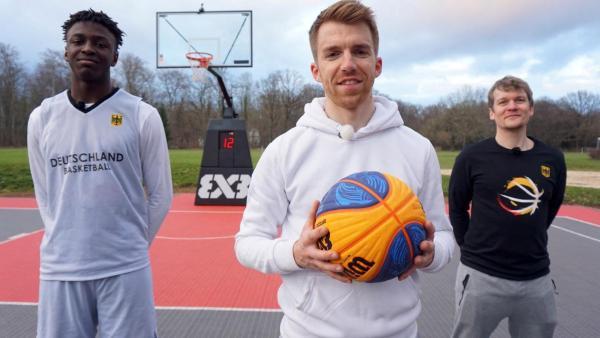 Die Sportmacher: Stefan (links) und Laura (rechts) stehen nebeneinander vor dem Sportmacher-Logo. Stefan hält einen Basketball in den Händen und Laura ein Springseil. | Rechte: ZDF