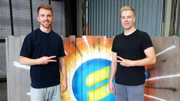 Stefan (links) steht neben Avive (rechts). Sie machen ein Peace-Zeichen. | Rechte: ZDF