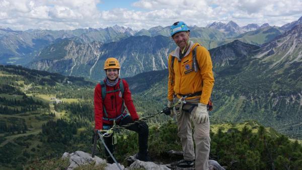 Laura und Bergführer Ecke stehen vor einem beeindruckenden Bergpanorama. | Rechte: ZDF