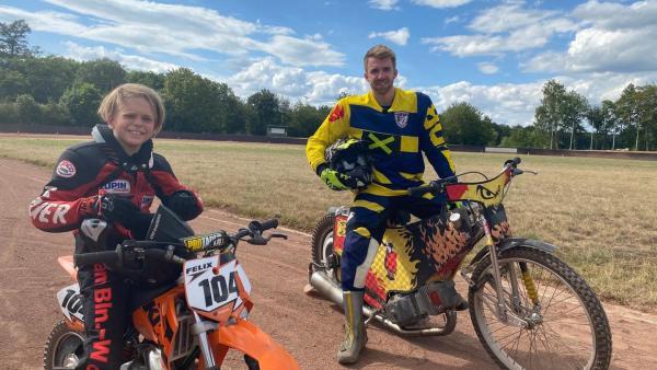 Felix (links) und Stefan (rechts) sitzen auf ihren Motorrädern. | Rechte: ZDF