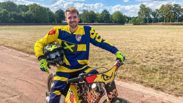 Die Sportmacher: Stefan sitzt im Trikot auf einem Motorrad.  | Rechte: Janine Pietrek