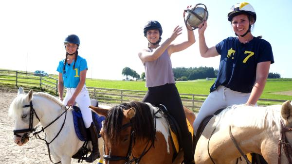 Die Sportmacher: Moderatorin Laura Knöll mit zwei Horseball-Sportlerinnen zu Pferd.  | Rechte: Annalena Renneisen