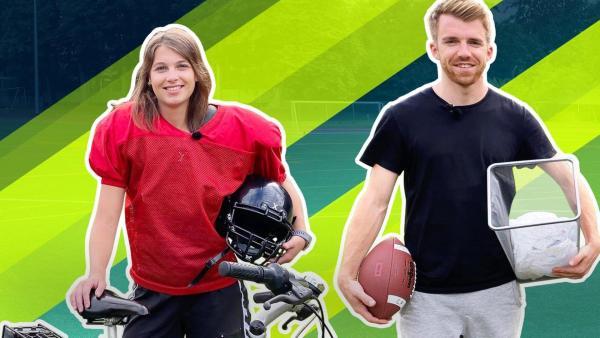 Laura (links) trägt ein rotes Footballtrikot mit Schulterpolstern, in ihrer linken Hand hält sie einen Helm, vor ihr ein Fahrrad. Stefan steht rechts neben ihr und hält einen Football und einen Mülleimer in der Hand. | Rechte: ZDF