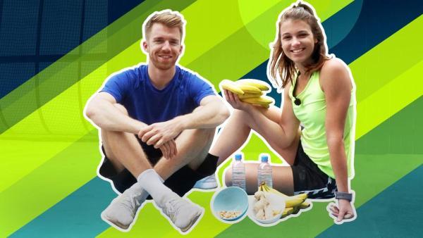 Stefan (links) und Laura (rechts) sitzen nebeneinander. Laura hält Bananen in der Hand, vor den beiden stehen Wasserflaschen und Schüsseln mit Snacks.   Rechte: ZDF