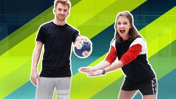 Stefan (links) hält einen Handball über die offenen Hände von Laura (rechts) | Rechte: ZDF