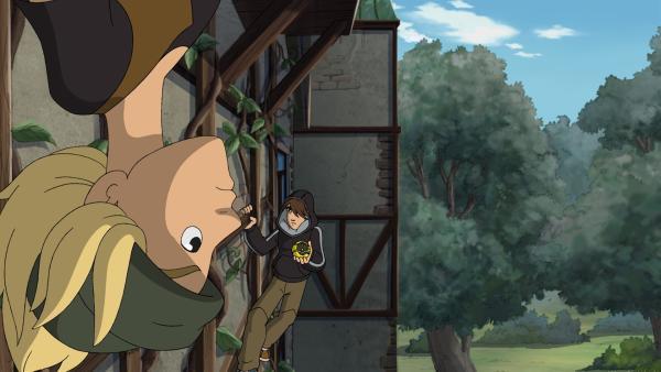 Jojo hängt über Kopf am Rosenspalier. Gleich muss er einen Kunstschuss ausführen. | Rechte: ZDF/WunderWerk GmbH