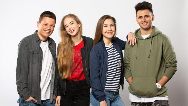 Patrick (18), Pia (17), Kassandra (16) und Amin (18) leben acht Tage völlig offline.  | Rechte: ZDF/Hajo Drees