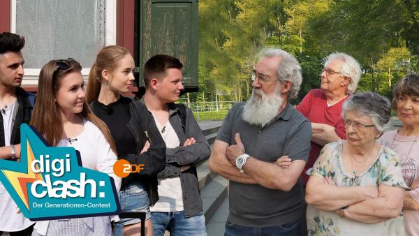 Amin (18), Kassandra (16), Pia (17), und Patrick (18) leben acht Tage völlig offline. Heino (71), Hubert (71), Trish (73) und Edda (76) hingegen ziehen in der gleichen Zeit in ein Smarthome. Beide Generationen müssen sich in der neuen Umgebung zurecht finden. | Rechte: ZDF/Bettina Herzer