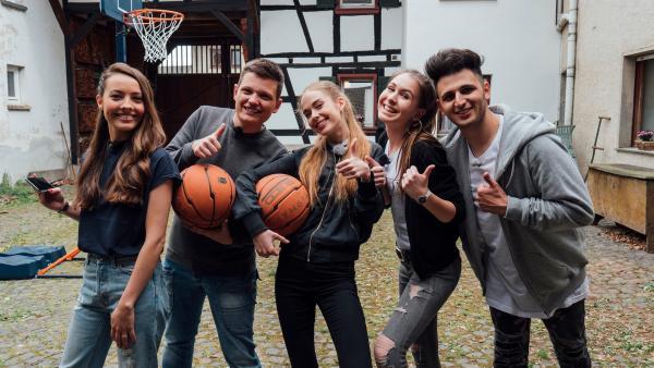 In der vierten Challenge müssen die Jugendlichen (Team Real) gegen die Oldies (Team Digital) in einer Minute so viele Körbe wie möglich werfen. Die Jugendlichen spielen im Hof, die Oldies virtuell. | Rechte: ZDF/Phil Janssen