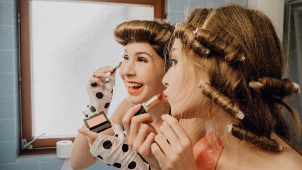 Die Jugendlichen stylen sich im Vintage-Look. | Rechte: ZDF/Phil Janssen