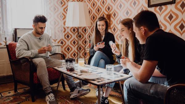 Um sich ohne Smartphone und Internet die Langeweile zu vertreiben, spielen die Jugendlichen zum ersten Mal seit langer Zeit Gesellschaftsspiele. Sie diskutieren über  die Vorteile direkter Kommunikation. | Rechte: ZDF/Phil Janssen
