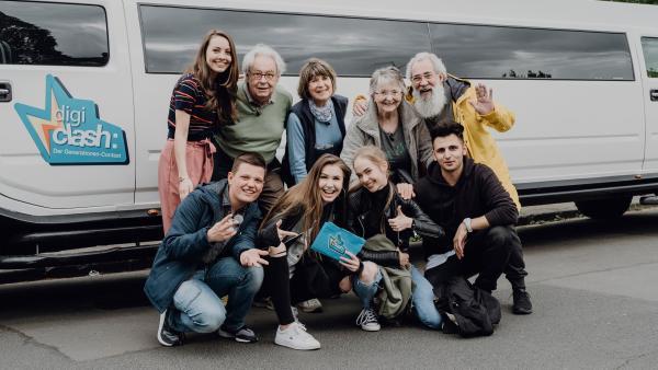 Die Jugendlichen (Team Real) treffen zum ersten mal auf die Senioren (Team Digital). | Rechte: ZDF/Phil Janssen
