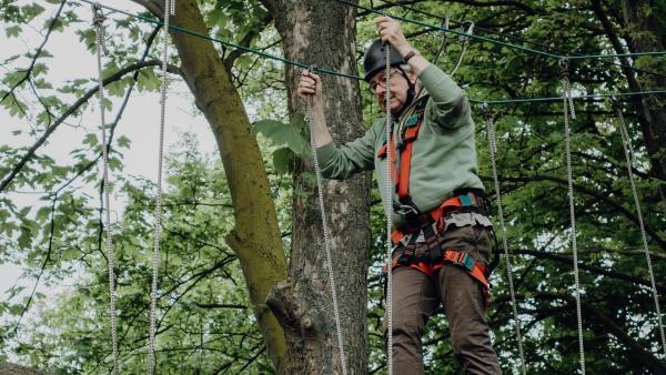 """Hubert tritt für sein Team in der """"Real-Challenge"""" im Hochseilgarten an.   Rechte: ZDF/Phil Janssen"""