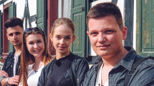 Patrick, Pia, Kassy und Amin vor ihrem Einzug in das Haus ohne Technik.   Rechte: ZDF