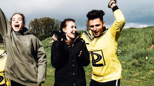 Die Jugendlichen freuen sich auf dem Fußballfeld. | Rechte: ZDF