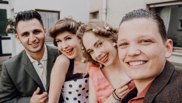 Die Jugendlichen haben sich im Vintage-Look verkleidet. | Rechte: ZDF