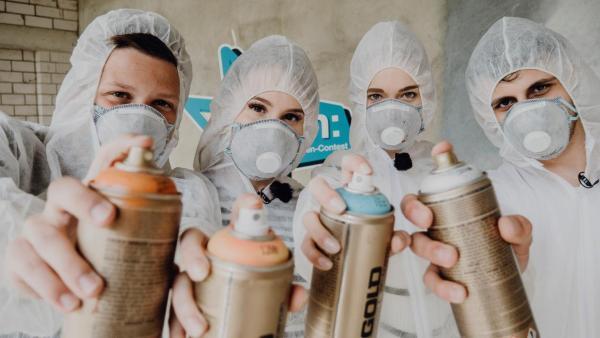 Die vier Jugendlichen beim Graffiti-Sprayen. | Rechte: ZDF