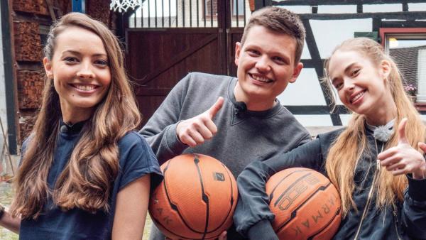 Die vier Jugendlichen und Moderatorin Julia bei der Basketball-Challenge. | Rechte: ZDF