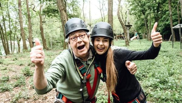 Hubert und Pia mit Helm im Kletterpark umarmen sich. | Rechte: ZDF