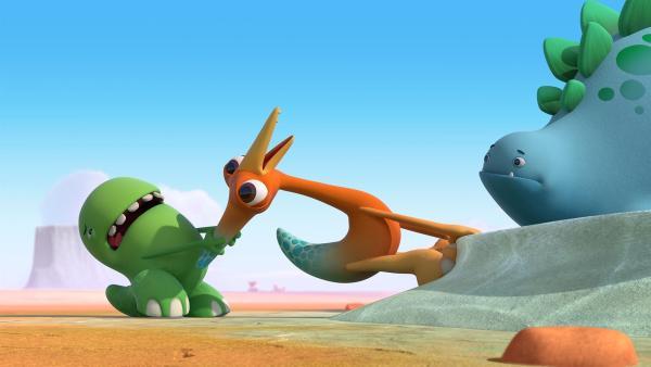 Toni und Gwen versuchen den Kram, den sie gefunden haben, einen glitzrigen Teich, mitzunehmen. Bob hat da seine Zweifel.    Rechte: KiKA/Kindle Entertainment Ltd., Guru Studios Ltd. & Laughing Gravy Media Ltd. 2014