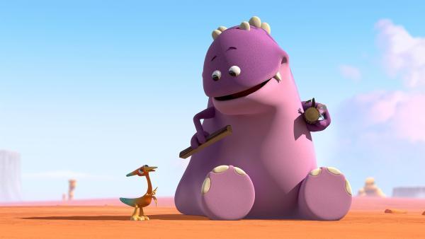 Gwen erzählt dem Großen Krämer-Dinotap von ihrem Kram.   Rechte: KiKA/Kindle Entertainment Ltd., Guru Studios Ltd. & Laughing Gravy Media Ltd. 2014