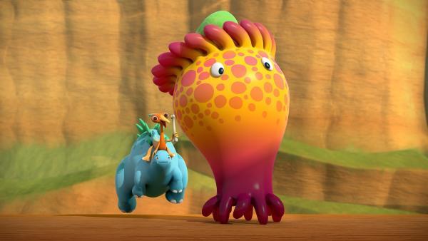 Gwen reitet auf Bob, um den mit Toni flüchtenden Toni-Kuschel einzufangen. | Rechte: KiKA/Kindle Entertainment Ltd., Guru Studios Ltd. & Laughing Gravy Media Ltd. 2014