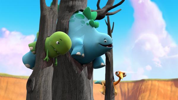 Toni, Bob und Gwen stecken in Bäumen fest, nachdem sie von den pilzigen Hüpferlingen heraufgesprungen sind.  | Rechte: KiKA/Kindle Entertainment Ltd., Guru Studios Ltd. & Laughing Gravy Media Ltd. 2014
