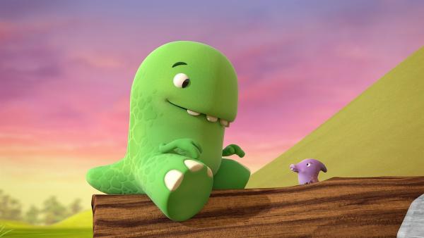 Toni spielt mit dem winzig kleinen Dinotap, den er gerade getroffen hat. | Rechte: KiKA/Kindle Entertainment Ltd., Guru Studios Ltd. & Laughing Gravy Media Ltd. 2014