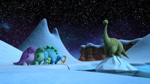 Die frierenden Dinotaps entdecken den Riesendinotap, der auf einem schwimmenden Eisberg festsitzt. | Rechte: KiKA/Kindle Entertainment Ltd., Guru Studios Ltd. & Laughing Gravy Media Ltd. 2014