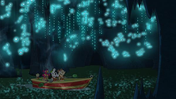 Die leuchtenden Blasen der Glühwürmer beeindrucken Team Doki. | Rechte: KiKA/Portfolio Entertainment