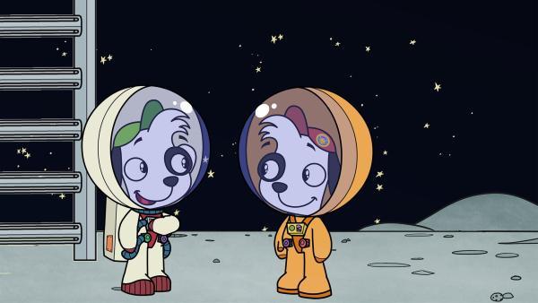 Astronaut Declan ist stolz auf die Mondlandung seines Doppelgängers Doki. | Rechte: KiKA/Portfolio Entertainment