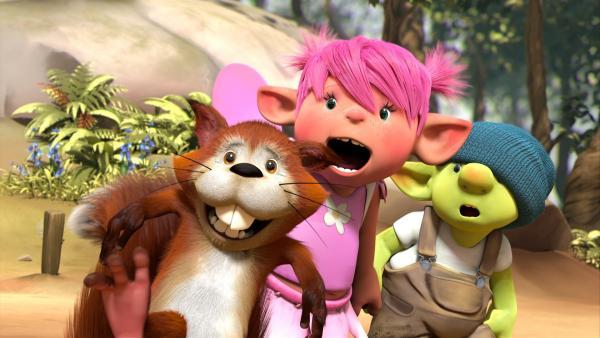 Chips, das Eichhörnchen, Fizzy, die Fee, und Grummel, der Kobold, beobachten gespannt Digbys Flugversuche.   Rechte: ZDF/Fizzy Productions ltd.