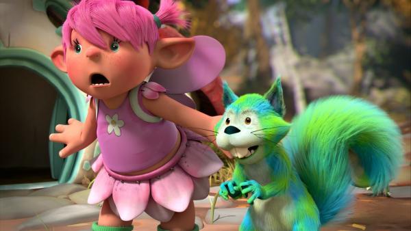 Die Fee Fizzy hat mit ihrer Farbtauschbox das rote Fell vom Eichhörnchen Chips in blau-grün umgewandelt. Beide gucken erwartungsvoll, ob der Farbtausch-Zauberspruch bei Digby auch gewirkt hat. | Rechte: ZDF/Fizzy Productions ltd.