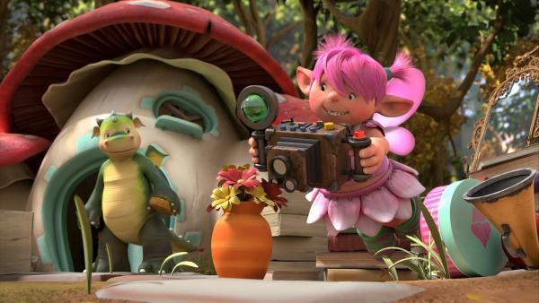 Fizzy hat auf dem Dachboden eine alte Kamera gefunden. Sie zeigt Digby, wie toll sie damit Fotos machen kann. | Rechte: ZDF/Fizzy Productions ltd.