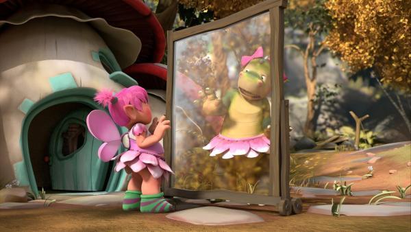Digby spielt Fizzy einen Aprilscherz. Als Fee verkleidet stellt er sich hinter eine Glasscheibe und tut so, als sei er Fizzys Spiegelbild.   Rechte: ZDF/Fizzy Productions ltd.