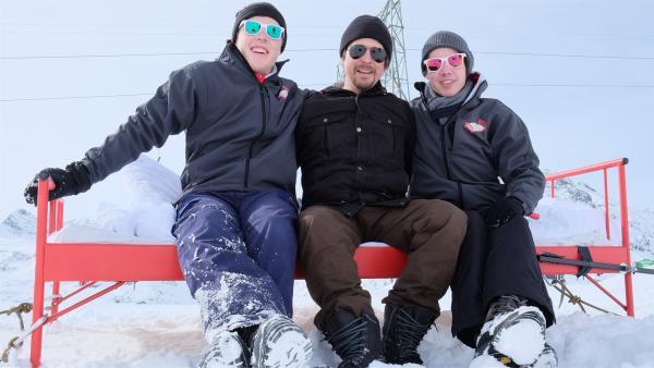 Die Jungs Kenneth und Leopold stellen sich dem Wettkampf ums bequeme Bett. Sie schlafen draußen im Schnee. Moderator Tommy Scheel stellt vorher noch einige Bedingungen für das Abenteuer auf der Bielerhöhe am Silvretta See in Österreich. | Rechte: ZDF/Salim Butt