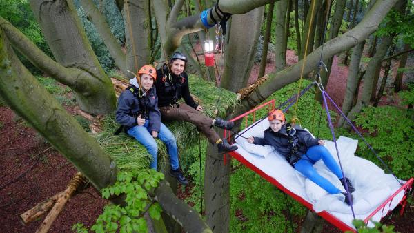 Tommy lädt Leopold und Laura zu einer Nacht auf einem Baum in 11 Meter Höhe ein. Wer der beiden wird wohl im warmen Bett schlafen dürfen? Das entscheidet vorher der Wettkampf. | Rechte: ZDF/Salim Butt