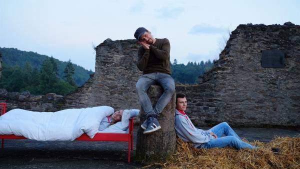 Tommy bettet seine Kandidaten auf einer Burgruine. Sie sind in Manderscheid, in der Eifel an der Niederburg. Der Wettkampf zwischen Lisa und David wird zeigen, wer die Nacht auf dem Bett, oder im Sitzen erleben wird, wie es Brauchtum war im Mittelalter.   Rechte: ZDF/Salim Butt