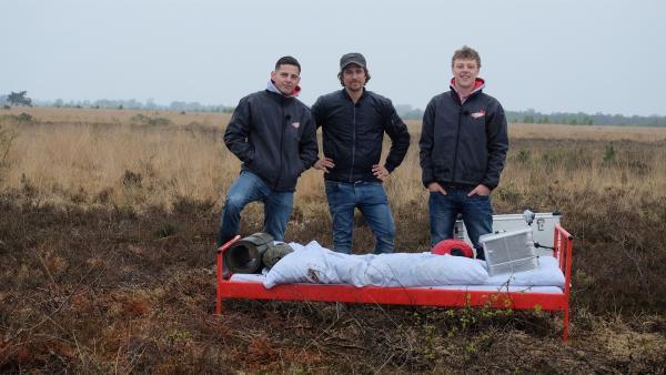 Trotz Regen und Kälte wird die Übernachtung im gruseligen Moor für Cem, Tommy Scheel und Kenneth zu einem einzigartigen Naturerlebnis. | Rechte: ZDF/Annalena Renneisen