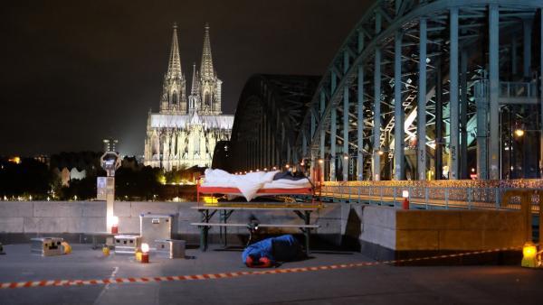 Ein Traumplatz für eine Übernachtung unter freiem Himmel, wenn da nicht die Bahngleise in der Nachbarschaft wären. | Rechte: ZDF/Annalena Renneisen