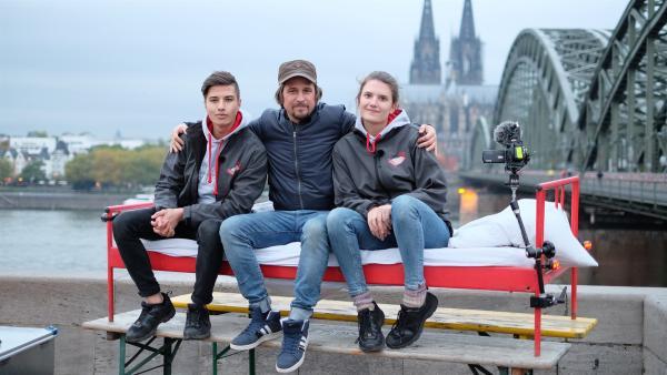 Tommy Scheel mit Tupac und Sarah am Morgen nach einer aufregenden Nacht in der Stadt. | Rechte: ZDF/Annalena Renneisen